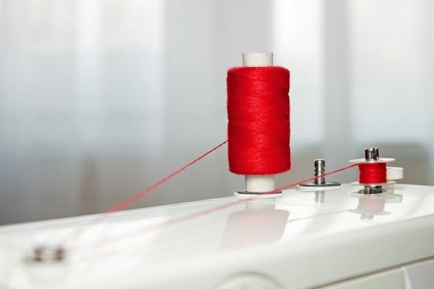 裁縫小物。赤い糸と糸とボビンのスプール
