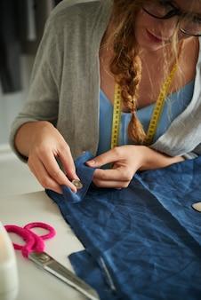 Швейные пуговицы на ткани