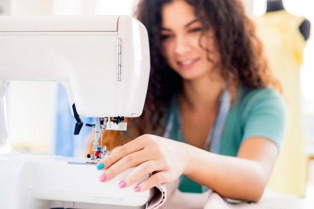 Швейные женские руки в студии