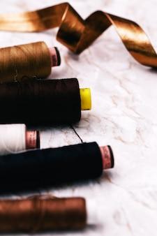 綿糸のソーイングキット。上面図