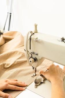 Швейная машина и ткань на светлом фоне
