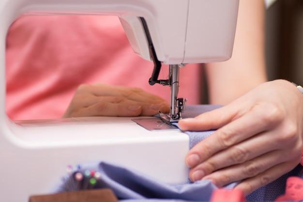 Швейная машина используется
