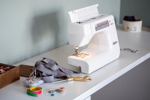 Швейная машина на рабочем месте портного