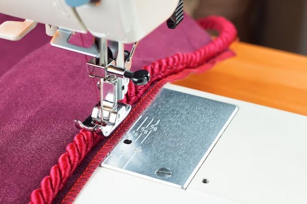 Игла для швейных машин и декоративный окантовочный шнур. процесс пошива.