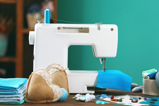 Швейная машина на столе в мастерской