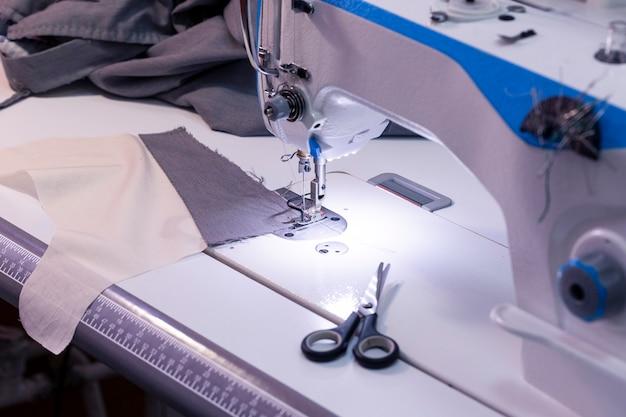 ミシン、はさみと一枚の布、縫製機器、中小企業