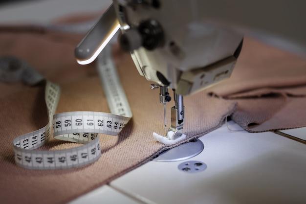 布と巻尺のミシン
