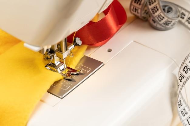 布と巻尺のミシン。中小企業としての衣服の縫製の概念。裁縫と手工芸品