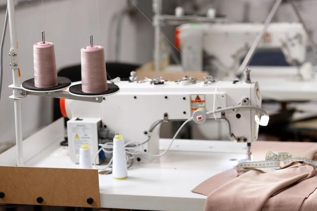 Швейная машина с мотками ниток на заводе