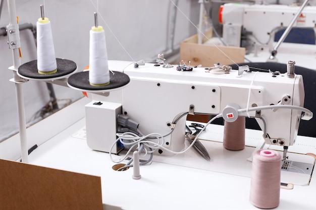 工場で糸付きミシン