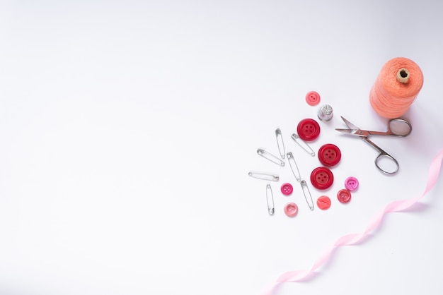 Швейные материалы - коробочка с нитками ярких цветов, розовая лента, а также блокнот для текста на белом фоне. рамка, место для текста
