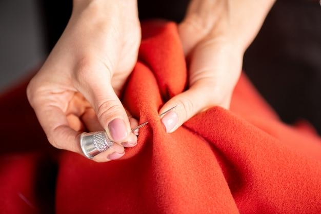 新しい服を縫う