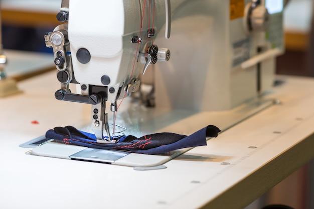 Швейная или оверлочная машина крупным планом, никто