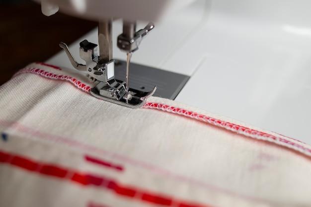 オーバーステッチの段階での縫製プロセス Premium写真