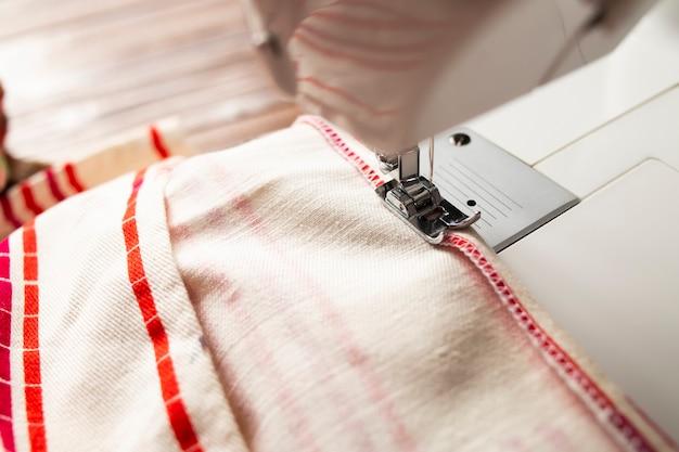 オーバーステッチの段階での縫製プロセス