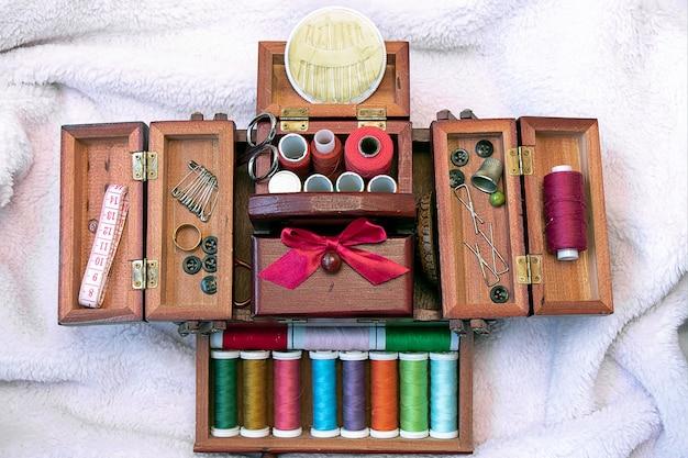 Швейный набор в деревянном футляре