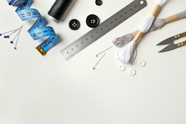 Швейные принадлежности изолированные вид сверху