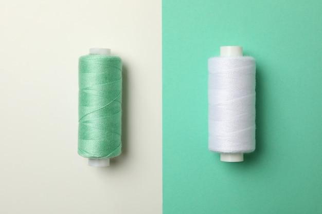 2トーンの背景に糸を縫う、クローズアップ