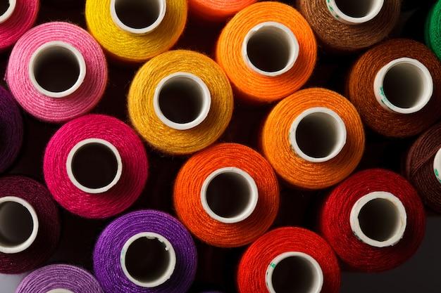 Швейные нитки разноцветный фон крупным планом