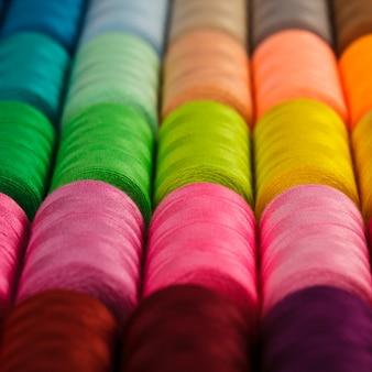 ミシン糸多色のクローズアップ
