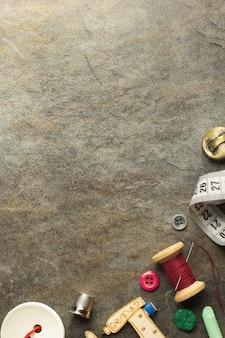 テーブルの壁に縫製ツールとアクセサリー