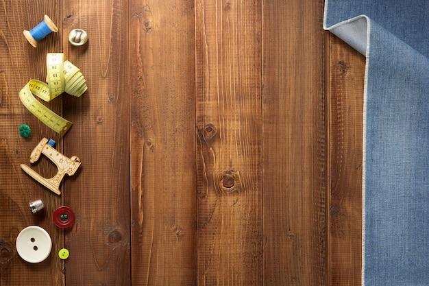 木製の壁に縫製ツールとアクセサリー