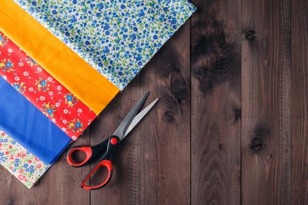 Швейные инструменты и набор для шитья на деревянном текстурированном фоне