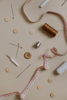 裁縫道具ボタン、スプール、指ぬき、テープメジャー