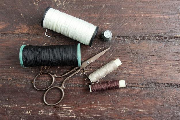 古い木製の背景に裁縫道具
