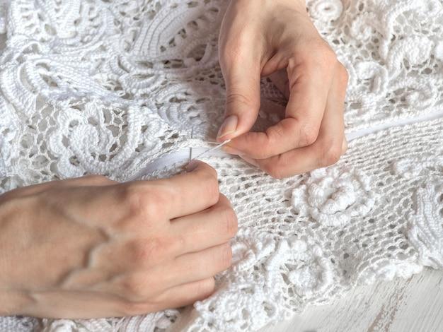 アイリッシュレースのウェディングドレスを縫います。