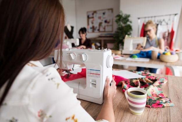 ワークショップで女性を縫う