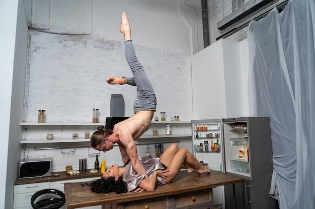 Сексуальная игра между парой на столе на кухне. понятие о разнообразии половой жизни.