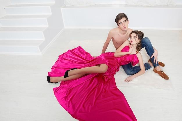 우아한 이브닝 드레스에 성적 열정적 인 커플