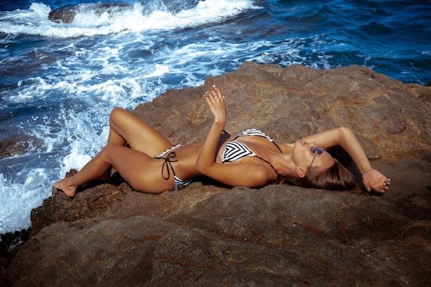 Сексуальная молодая девушка в океане позирует