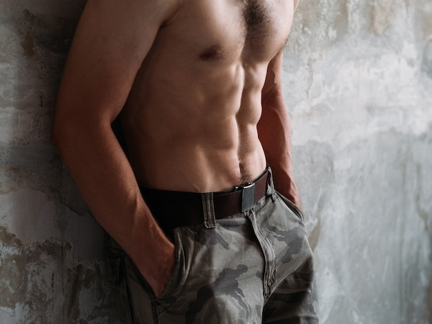 セクシーな腹筋。 6パックの筋肉質の裸の男性の胴体。トレーニングとフィットネス。