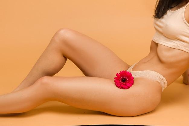 セクシーで美しい女性。若くて体にフィットする美しく健康な女性が横たわっています。スポーツ、フィットネス、ダイエット、栄養、ヘルスケアのコンセプト。