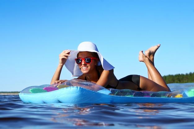Сексуальная и красивая женщина на пляже