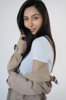 美しい顔、長い髪、新鮮な化粧ポーズでセクシーなアジアの女性