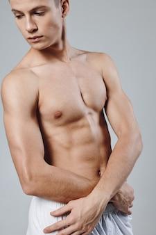 ポンピングされた筋肉を持つセクシーなアスリートボディービルダーフィットネス上腕二頭筋