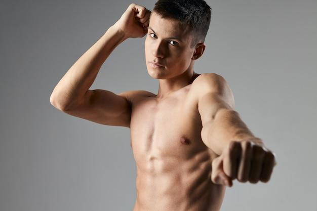 Сексуальная спортсменка с накачанным торсом портрета обрезанный вид фитнес