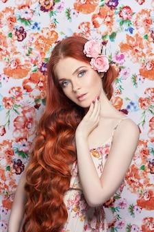 긴 머리를 가진 섹시 한 아름 다운 빨간 머리 소녀입니다. 색색의 밝은 배경을 가진 완벽한 여성 초상화. 화려한 머리와 깊은 눈. 자연의 아름다움, 깨끗한 피부, 페이셜 케어 및 헤어. 강하고 두꺼운 모발