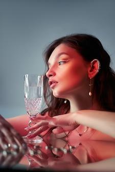 茶色の髪のセクシーな美しい女性。ジュエリーリングイヤリング。完璧な女性の肖像画。ゴージャスな髪と素敵な目。自然の美しさ、きれいな肌
