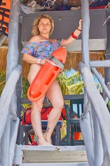Сексуальная блондинка-спасательница на мексиканском пляже