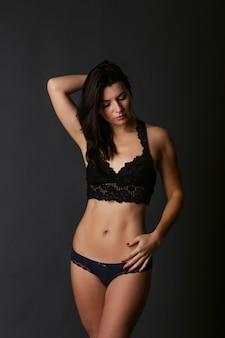 젊은 매력적인 여자의 섹시 한 몸매