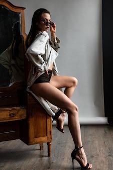 트렌치 코트와 란제리를 입고 섹시한 갈색 머리 소녀