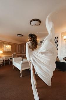 Сексуальная брюнетка модель с идеальным телом и свадебной прической в модном нижнем белье и в ...