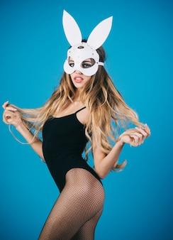 Сексуальная девочка-кролик. самка пасхального кролика. красивая соблазнительная женщина в сексуальном нижнем белье и в маске зайчика. горячая и сексуальная девушка портрета моды в маске зайчика.