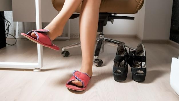 Сексуальная бизнесвумен, носить удобные тапочки под офисным столом.