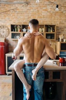 섹시 한 커플 부엌 카운터, 낭만적 인 저녁 식사에 포옹. 집에서 아침 식사를 준비하는 남자와 여자, 에로티시즘 요소가있는 음식 준비