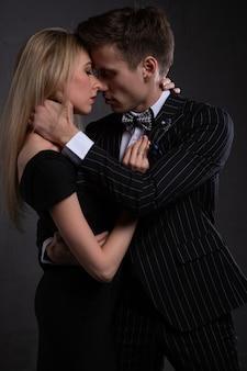 부드러운 열정에 섹시 한 우아한 커플입니다. 남자 근처에 아름 다운 여자입니다.